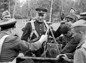 Командующий-2-м-Белорусским-фронтом-К.К.-Рокоссовский-готовится-к-полету-на-аэростате-в-апреле-1945-580x427