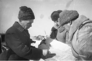Командующий_65-й_армией_Донского_фронта_генерал-лейтенант_П.И._Батов_с_офицерами_в_районе_Сталинграда._Зима_1942-1943_годов
