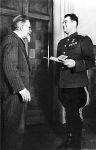 М.И.Калинин вручает награду И.Д.Черняховскому