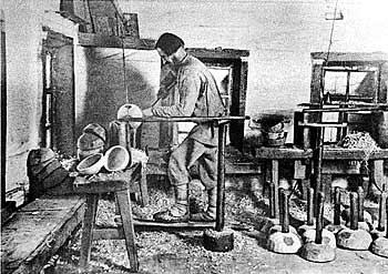 Рис. 2. Изготовление деревянной посуды