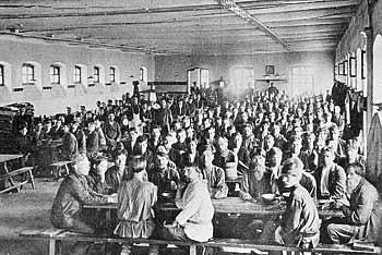 Рис. 35. Обед рабочих фабрик в столовой села Бонячки