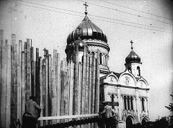 Рис. 1. В рамках «борьбы с опиумом религии» заколачивается главный вход в храм. 1920-е г.