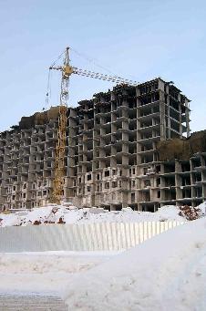 """Рис. 2. Турецкий дом """"Ниагара"""", монолитный каркас которого отливался турками в феврале 2006 г. в сильные морозы. Весь бетон проморожен, каркас дал сильный крен. По советским нормам он был бы немедленно разобран."""