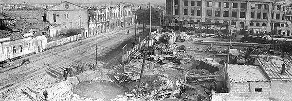 Рис. 3. Разбор завалов, оставшихся от бомбежек. Москва. 1944 г.