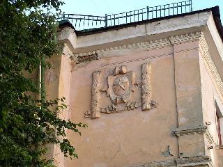 Рис. 5. Фрагмент фасада жилого дома в Пензе, с символами Победы.