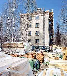 Рис. 9. Строительная площадка у одного из торца дома с установленным подъемником.