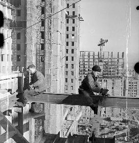 Рис. 9. Строительство высоток. 1951 г. Фото Эммануила Евзерихина.