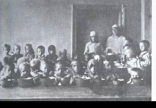 Рис. 9. Голодающие беспризорные дети в детском приемнике. 1920 г.