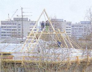 Рис. 10. Программа «Энергосбережение-2000» в действии - среди зимы в доме, где проживает 64 семьи, разбирается частями крыша для устройства мансарды