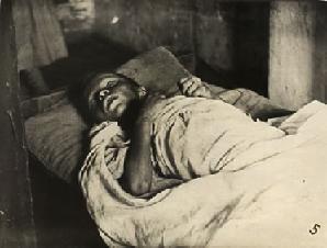 Рис. 10. Агония умирающего от голода ребенка. Фотография, обошедшая мир в 1922 г.