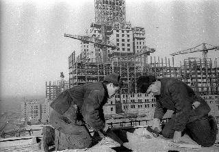 Рис. 11. Строительство высоток. 1951 г. Фото Эммануила Евзерихина.