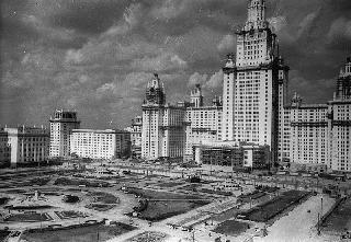 Рис. 12. Здание МГУ. 1954 г. Фото Эммануила Евзерихина.