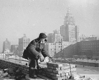 Рис. 13. Строительство высоток. 1952 г. Фото Эммануила Евзерихина.