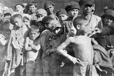 Рис. 13. Беспризорники на улицах Москвы. 1920 г.