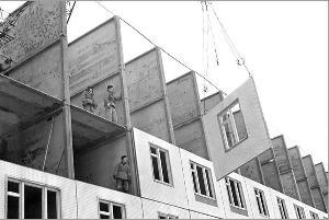 Рис. 13. Сборка крупнопанельного дома. 1961 г.