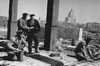 Рис. 14. Строительство высоток. 1951 г. Фото Эммануила Евзерихина.