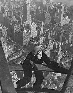 Рис. 15. Небоскребы Нью-Йорка. Рабочий висит на выступающем элементе фасада из полосовой стали. 1930 г.