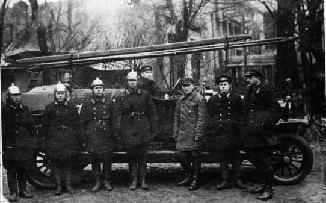 Рис. 17. «Телефонный ход» пожарной части им. Ленина в апреле 1930 г. В центре – создатель «телефонного хода» - М.Ф. Юскин.