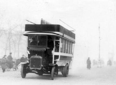 Рис. 18. Первый автобус в Петербурге.
