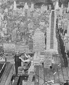 Рис. 20. Затягивание болтов накладок на полки колонны для последующего монтажа. Нью-Йорк. 1930 г.