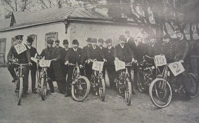 Рис. 21. Группа мотоциклистов, участников гонки Москва-Петербург. 1907 г.