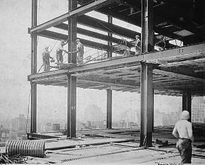 Рис. 21. Смонтированный каркас внутренней части небоскреба. Нью-Йорк. 1930 г.