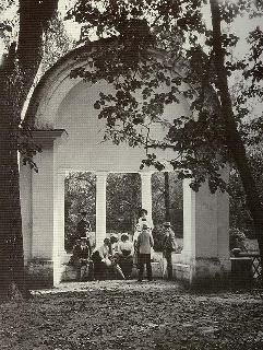 Рис. 23. Усадьба Марфино. Грот. 1890-е.