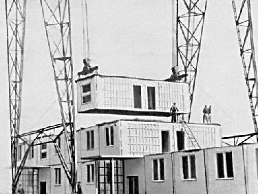 Рис. 24. Монтаж жилого дома из блоков-квартир. 1962 г.