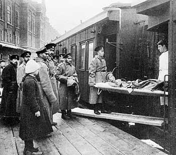 Рис. 29. Разгрузка санитарного поезда в первом казенном винном складе. 1915 г.