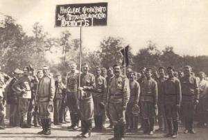 Рис. 35. Демонстрация солдат с требованием тюремного содержания для Николая II. Фото. Март 1917.