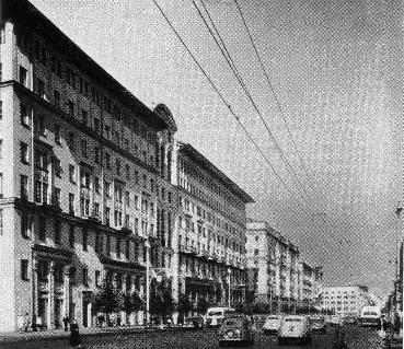 Рис. 37. Жилой дом на улице Горького, 25 в Москве. Общий вид.