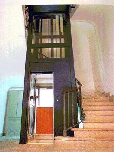 Рис. 41. Огражденная лифтовая шахта в доходном доме с входом в подвальное техническое помещение. 1912 г.