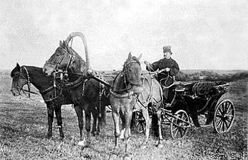 Рис. 43. Тройка Коншиных. Рекламное фото 1890 г.