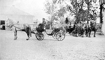 Рис. 44. Экипажи Коншиных во дворе конезавода усадьбы Липицы. 1895 г.