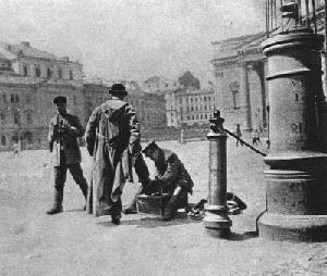Рис. 46. Чистильщик обуви на Театральной площади. Москва. 1901 г.